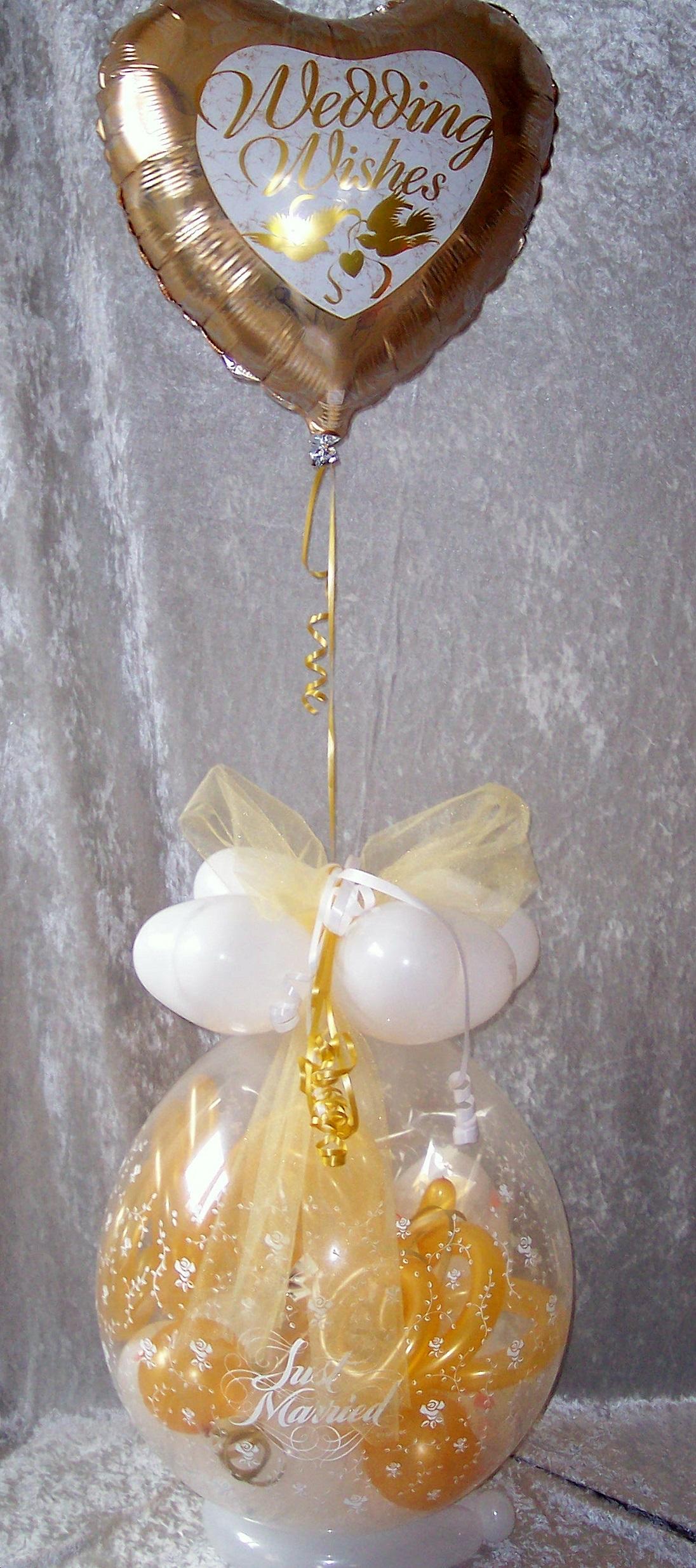 geschenk im ballon hochzeit mit folie gold geschenkverpackung. Black Bedroom Furniture Sets. Home Design Ideas