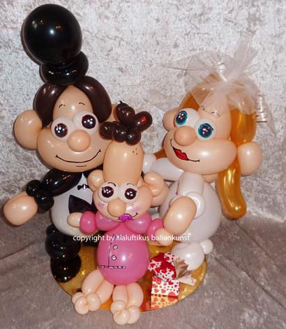 Hochzeit und Taufe Brautpaar mit Kind Geschenkballon Geldgeschenk